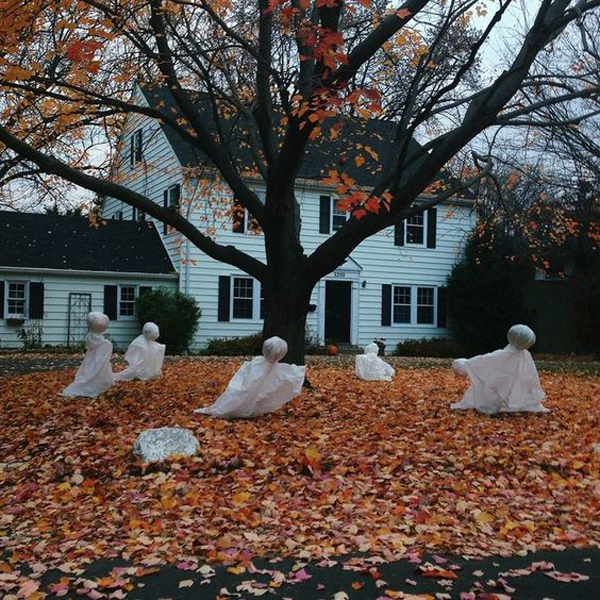 25 freaky and creepy halloween yard decorations house for Front yard decorating ideas