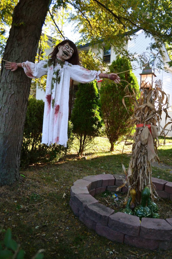 25 Freaky And Creepy Halloween Yard Decorations
