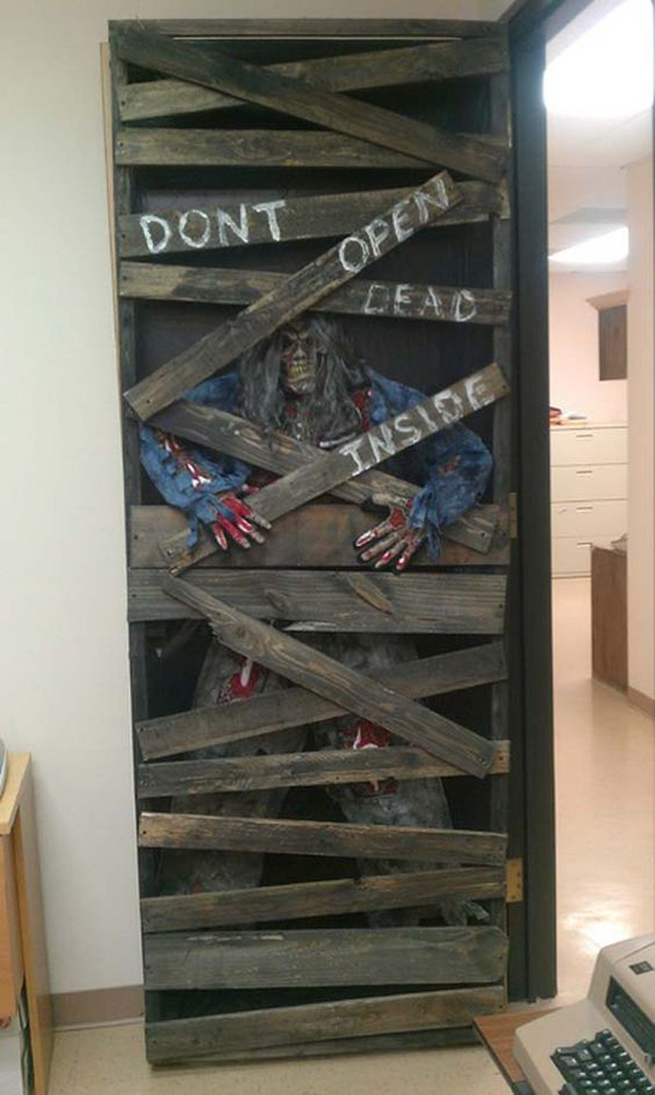 20 cheap and creative halloween decor from reclaimed wood for Decoration zombie