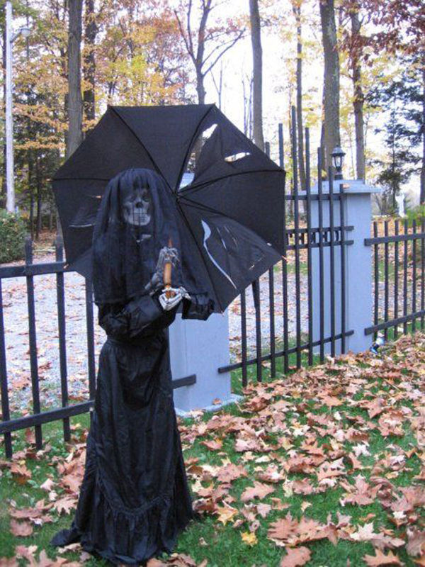 25 Freaky And Creepy Halloween Yard Decorations   House ...