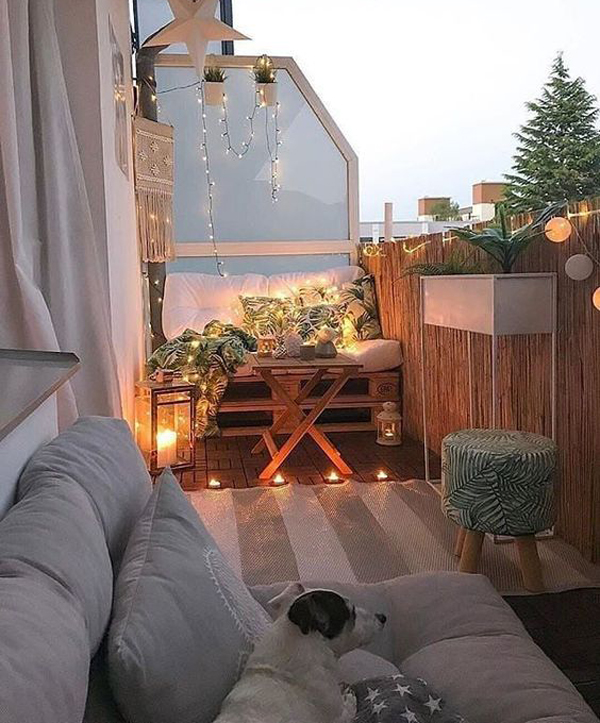 simple-christmas-balcony-ideas-with-string-lights