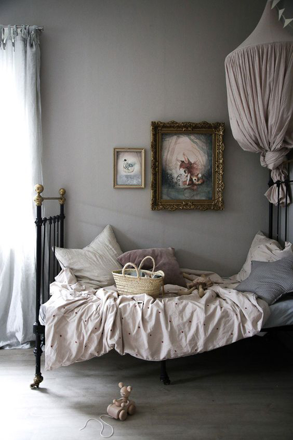 vintage-canopy-beds-with-grey-shades
