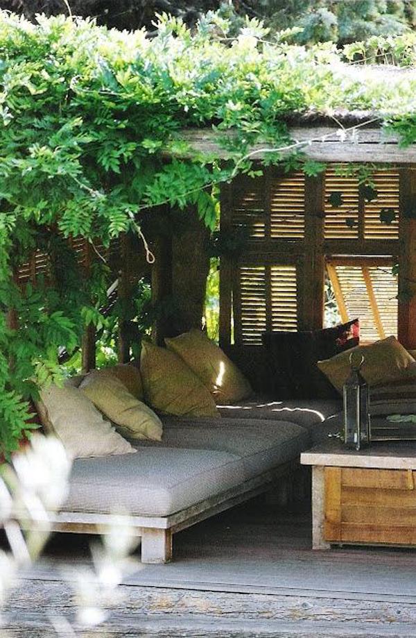 beautiful-garden-nook-with-vines-plant