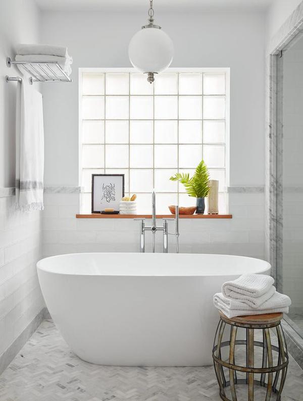 minimalist-bathtub-design-with-glass-block-decor