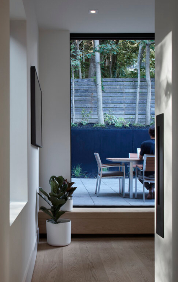 outdoor-dining-area-with-hallway