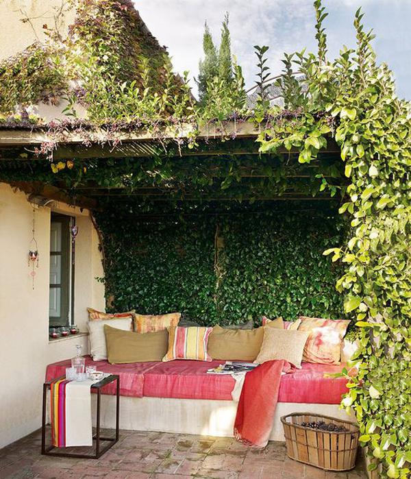 tiny-garden-nook-ideas-with-vertical-garden