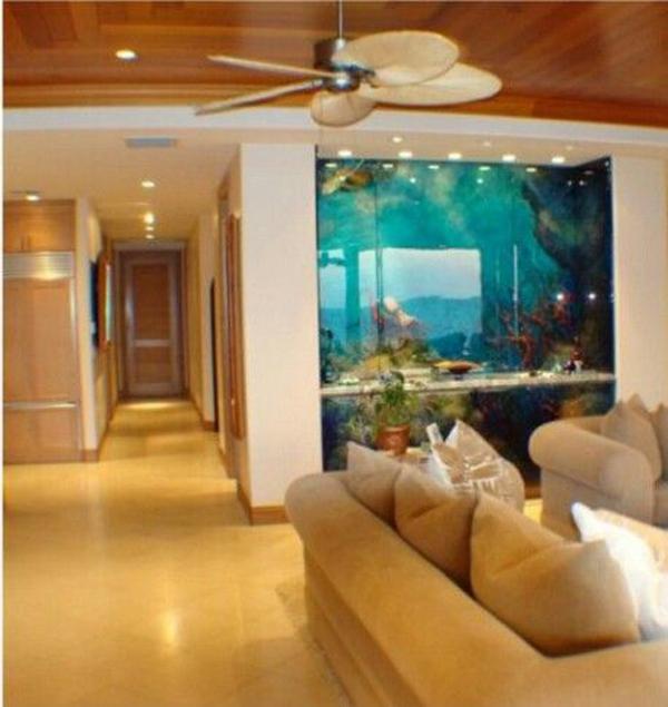 contempory-interior-with-double-side-aquarium