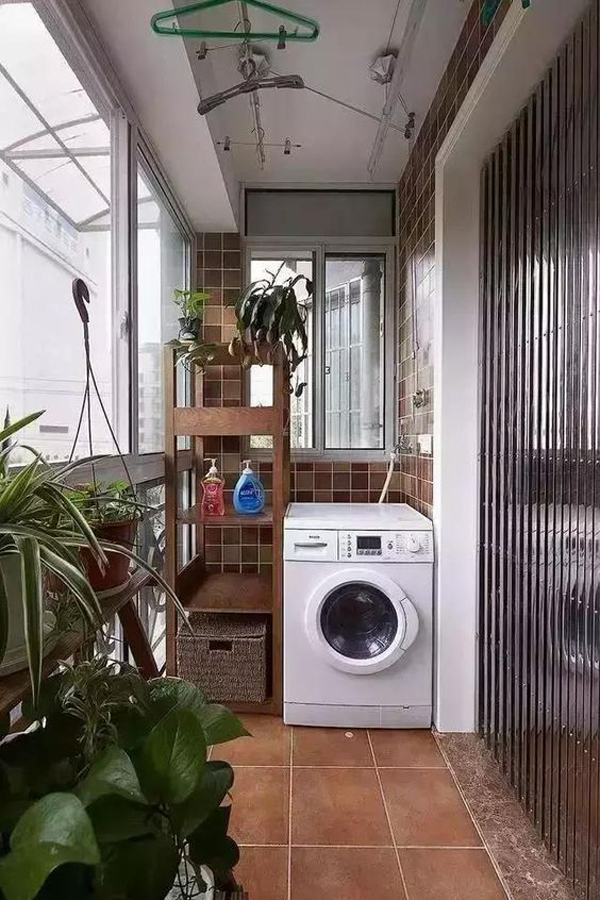 cozy-small-laundry-and-drying-room-in-balcony