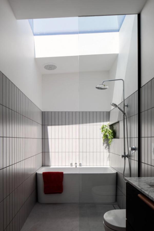 minimalist-bathtub-design-with-skylight