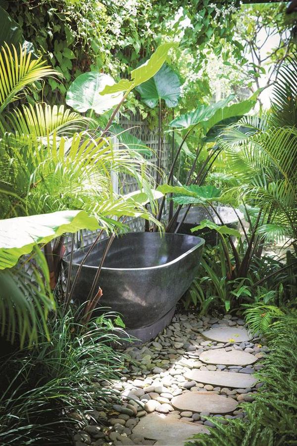 bali-style-garden-with-outdoor-bathtub