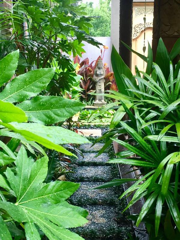 balinese-theme-garden-with-stone-pathway