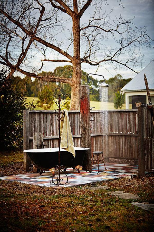 beautiful-outdoor-tub-in-the-backyard