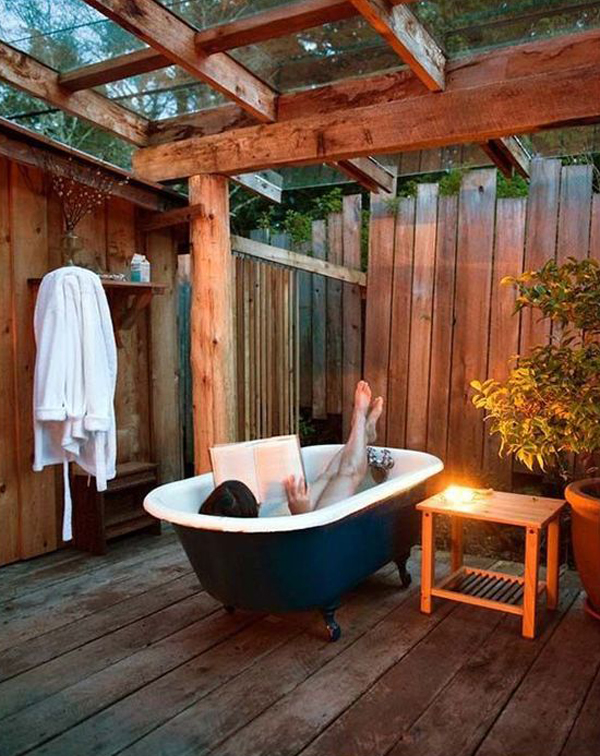 cozy-outdoor-bathtub-design