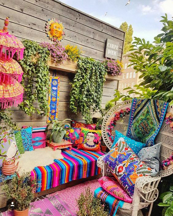 bohemian-outdoor-lounge-with-color-accents