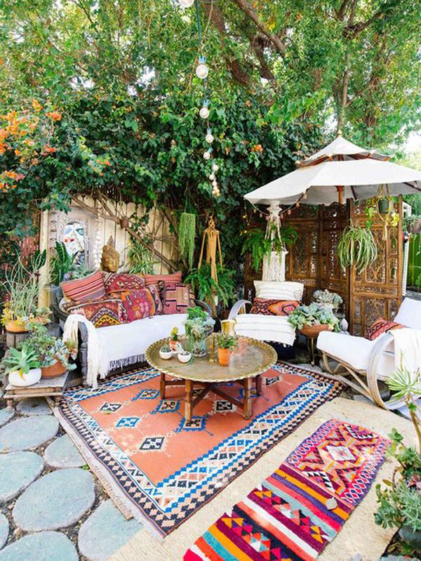 boho-backyard-vibes-with-colorful-decor