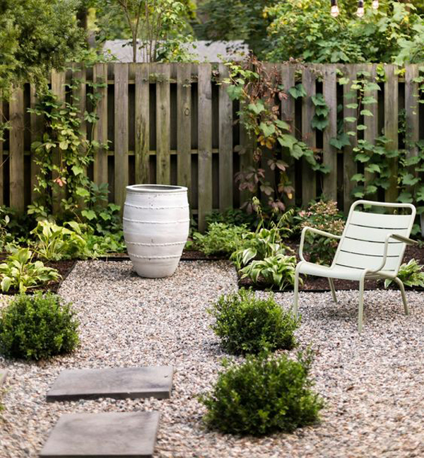 modern-gravel-garden-with-lounge-chairs