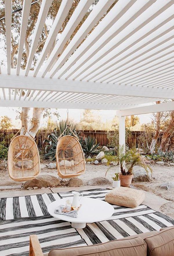 amazing-backyard-pergola-with-striped-rugs