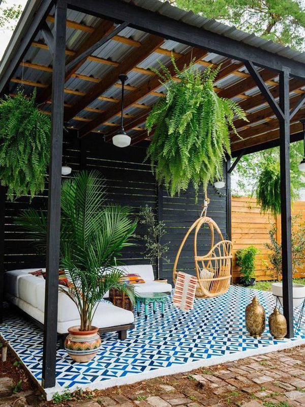 backyard-pergola-with-moroccan-rugs