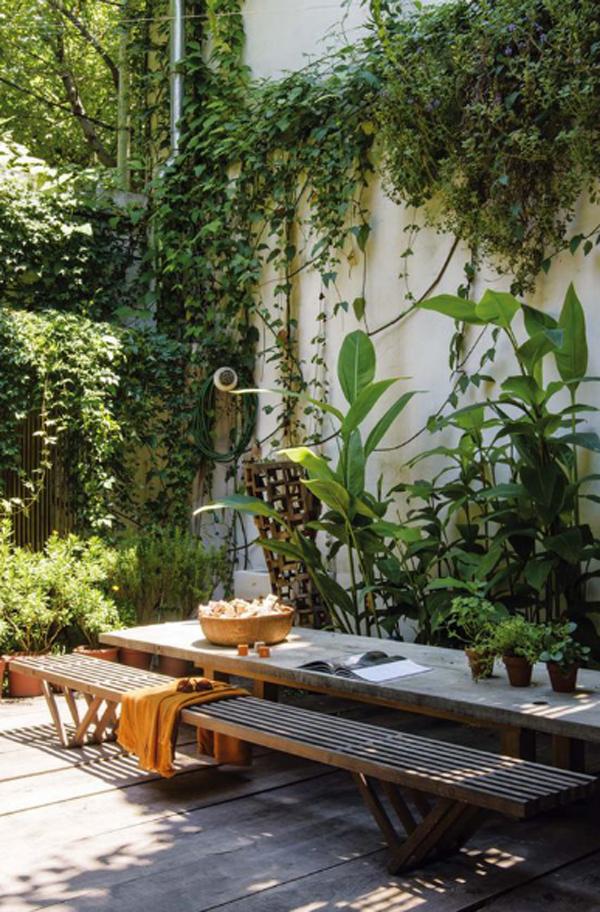 cozy-urban-jungle-patio-for-picnic