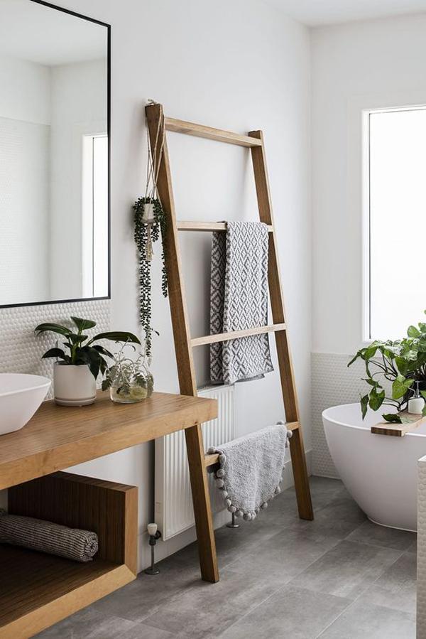 fresh-summer-bathroom-with-diy-ladder-storage