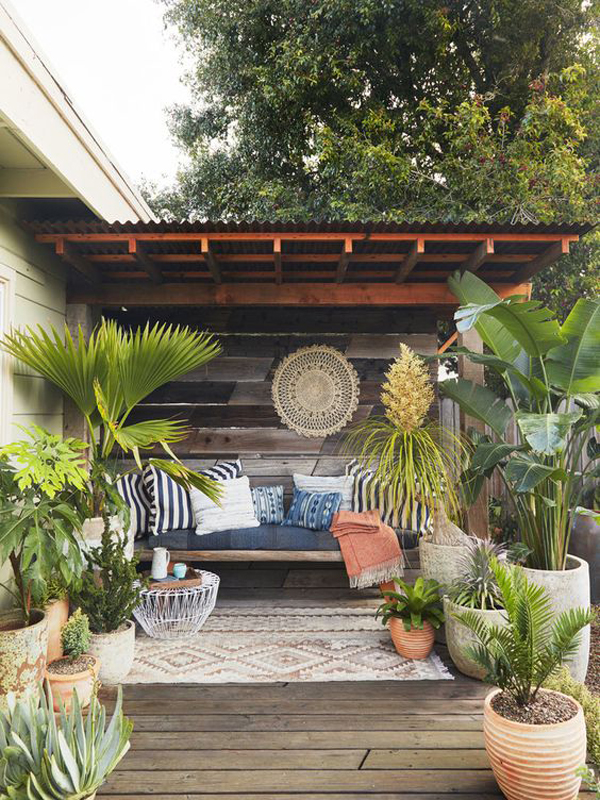 outdoor-backyad-retreat-with-bohemian-style-rugs