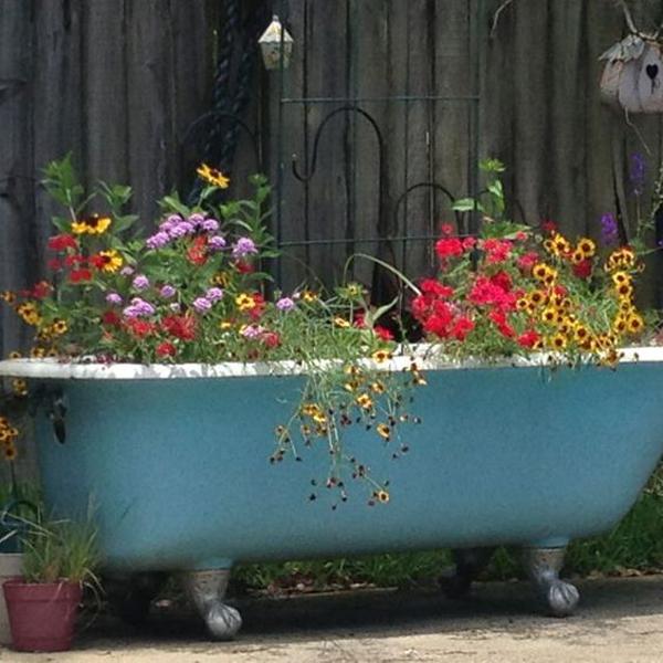 repurposed-bathtub-container-garden