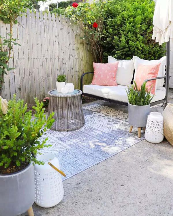 simple-and-small-garden-with-rug-and-chairs