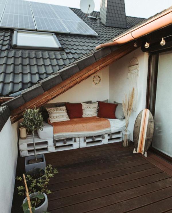 wood-pallet-balcony-design