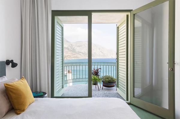 coastal-bedroom-with-balcony