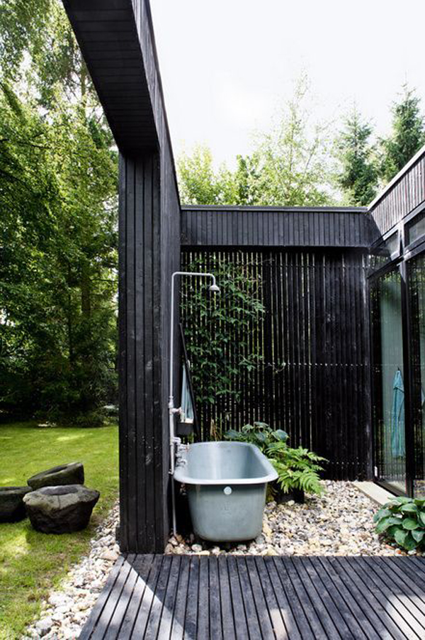 cool-backyard-tubs-with-black-pallet