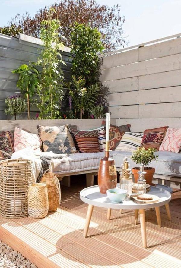 outdoor-patio-garden-with-bohemian-vibe