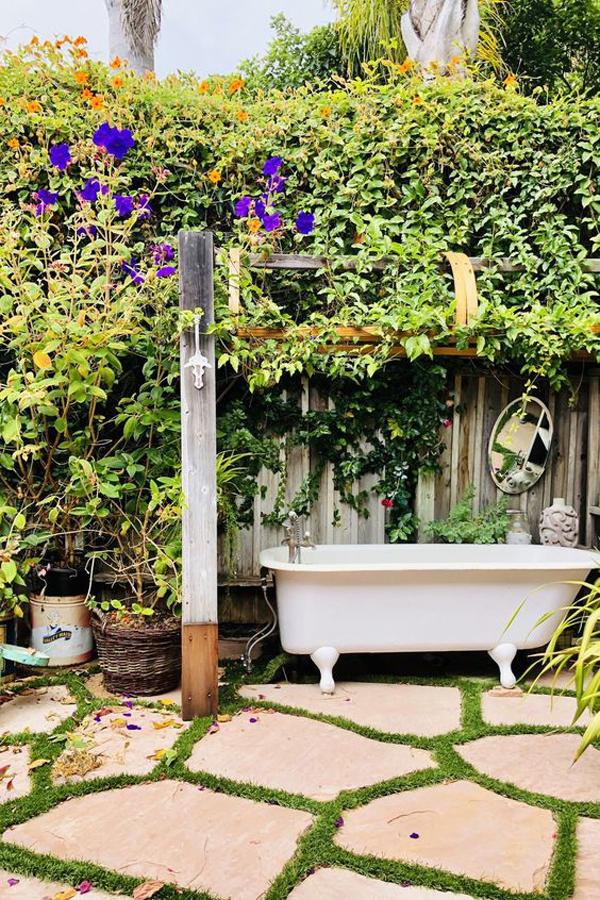 outdoor-soaking-tubs-in-the-garden