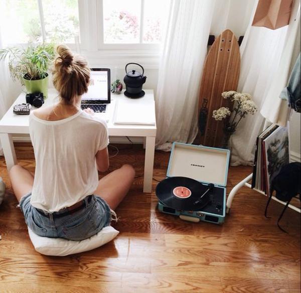 teen-home-office-with-floor-desk