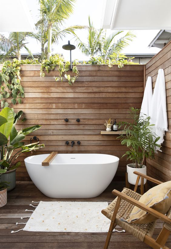 tiny-outdoor-bathtub-with-pallet-wall