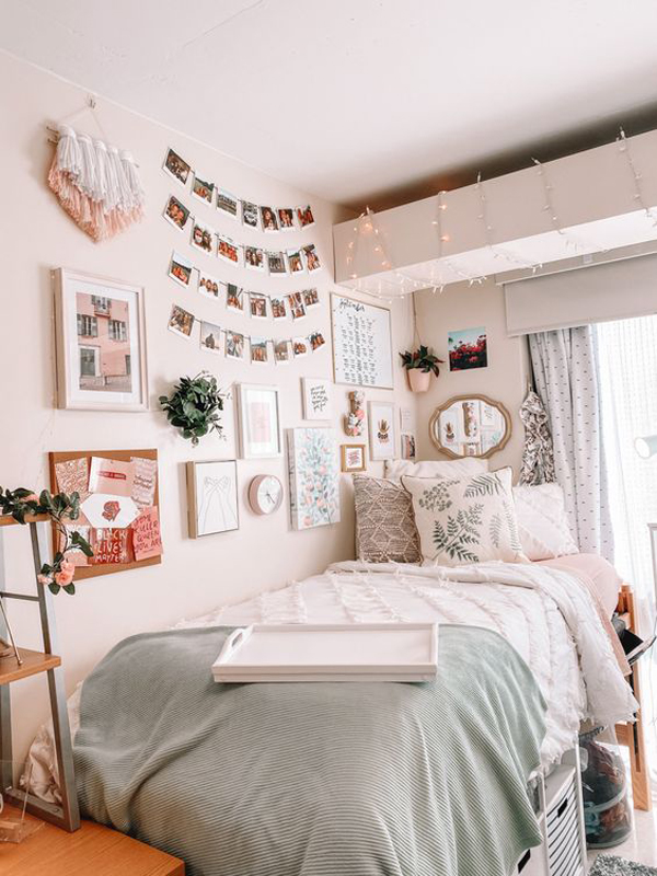adorable-college-dorm-room-with-photo-wall