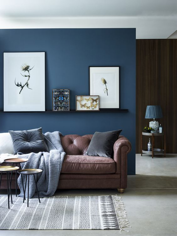 blue-living-room-design-with-leather-sofa