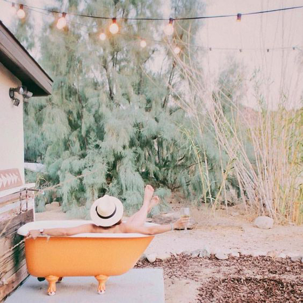 fun-and-colorful-outdoor-tubs-with-string-light