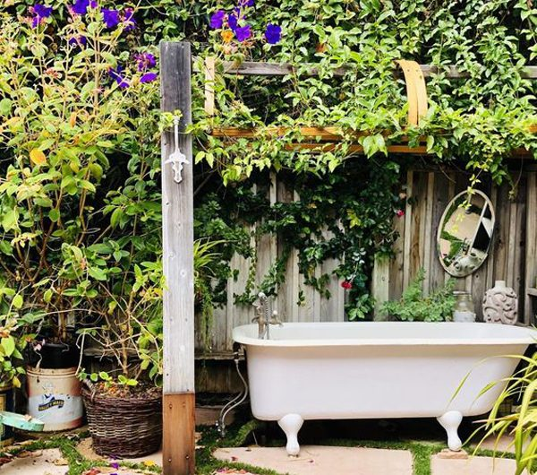 16 Pretty Outdoor Tubs That Surrounded By Nature