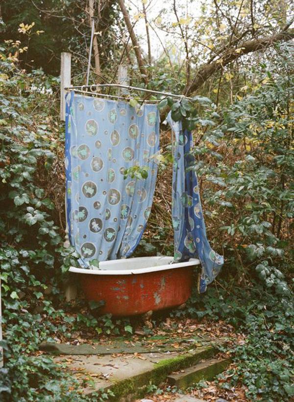 rustic-outdoor-tubs-in-private-garden