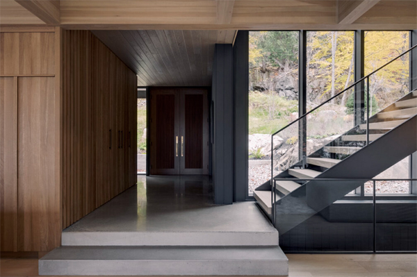MTR-entryway-with-glass-staircase