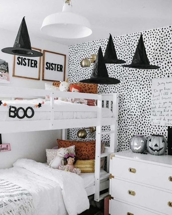 halloween-kid-bunk-beds-with-hanging-witch-hats