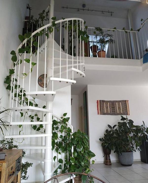 pothos-plant-decor-on-staircase