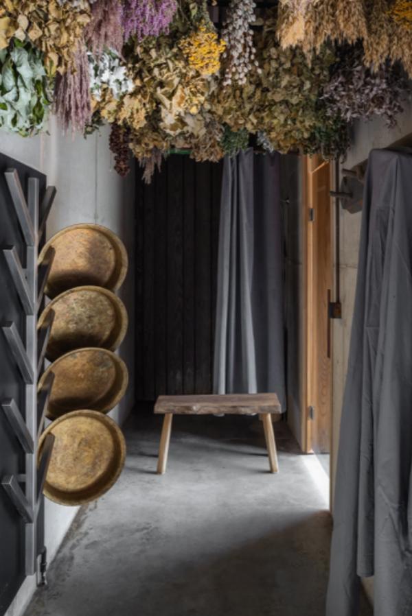 unique-stand-rack-with-floral-decor