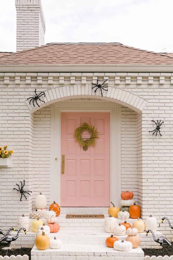 cute-pink-halloween-front-door-design
