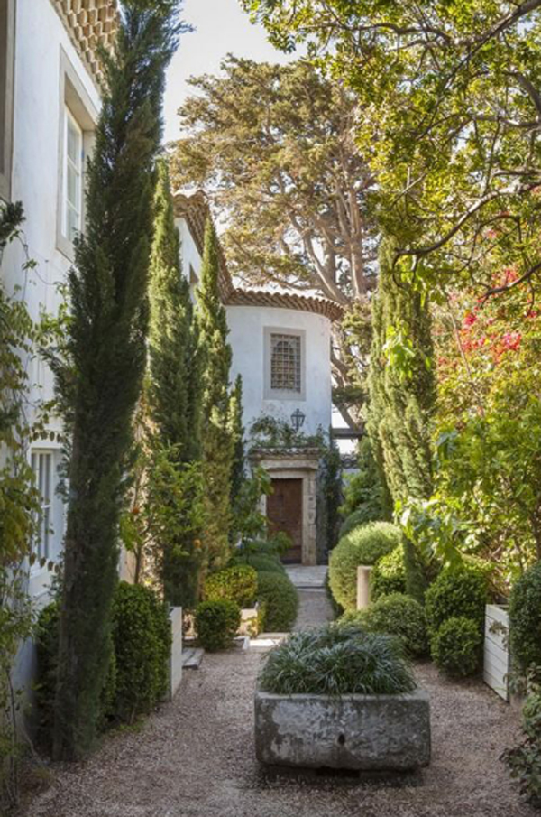 romantic-lush-entrance-garden